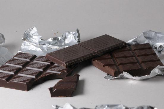 O chocolate amargo pode não ser o preferido de muitos, mas é a maneira mais saudável de se consumir esse doce. Se precisar de uma recompensa entre uma tarefa e outra nos estudos, pode escolher um chocolate amargo de boa qualidade. Ele ajuda a aumentar o fluxo sanguíneo para o cérebro e também traz outros benefícios para a saúde, como redução da pressão arterial e do risco de acidentes vasculares cerebrais (AVCs). Mas é preciso lembrar que o chocolate amargo ainda contém muitas calorias e gordura saturada, e por isso ele deve ser consumido em pequenas quantidades. (Imagem: Wikimedia Commons)