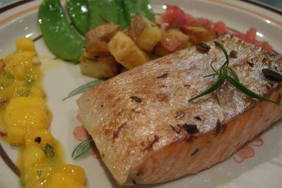 Peixes oleosos, como salmão e sardinha, apresentam altos índices de proteína e ômega 3, que são essenciais para o bom funcionamento do cérebro. Uma fatia de pão integral com sardinha enlatada, por exemplo, é uma opção cheia de carboidratos, vitaminas e proteína. (Imagem: Wikimedia Commons)