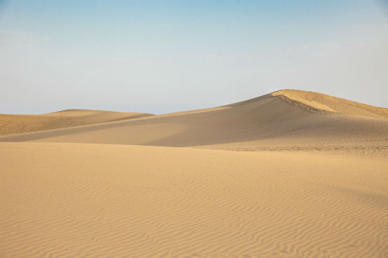 Correntes quentes costumam favorecer a evaporação, o que gera áreas litorâneas de umidade elevada. Já correntes frias fazem com que a evaporação da água seja menor, pois elas diminuem a temperatura nas áreas litorâneas. Isso faz com que chova mais no oceano do que nas terras próximas, o que pode levar à formação de desertos. (Imagem: Thinkstock)
