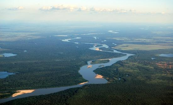 RIOS, AQUÍFEROS E POLUIÇÃO | Hidrografia é um assunto tão relevante no estudo da geografia física que exige um estudo à parte: as grandes bacias hidrográficas (do Brasil e do mundo), os aquíferos mais importantes (como o Guarani) e as consequências da poluição nessas regiões - por exemplo, no que afeta a agricultura familiar e a população ribeirinha. (Imagem: iStock)