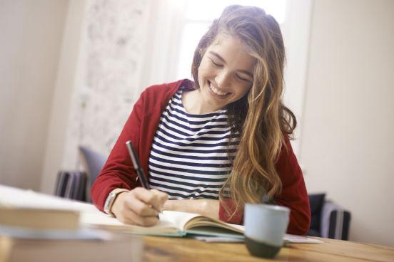 <strong>Encontre o método de estudo que funciona melhor para você.</strong>Lembre-se: o professor da faculdade não vai manter uma cobrança diária tão forte quanto a de um professor do colégio. É preciso saber lidar com essa liberdade para que isso não atrapalhe o seu rendimento. Considere qual ritmo de estudo se encaixa melhor com a sua rotina e o seu perfil: você pode tanto estudar todo o conteúdo da semana ou da quinzena em um só dia quanto dividir ao longo dos dias.