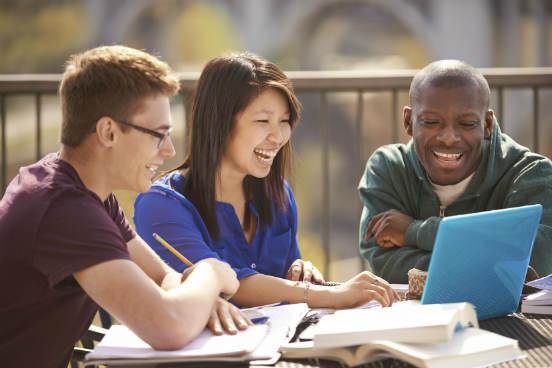 A instituição deve contar com um polo presencial de boa infraestrutura em geral, onde exista sempre uma boa receptividade aos alunos EaD. Um bom auditório com equipamento audiovisual e computadores com conexão com a internet, por exemplo, são critérios básicos para que alunos e professores possam acessar as aulas multimídias previstas no curso. (Imagem: iStock)