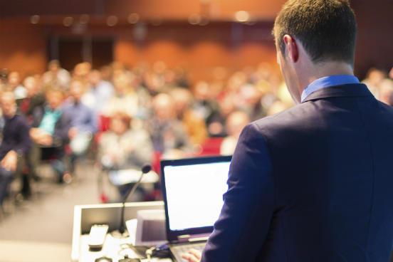 Palestras, workshops e cursos de extensão são atividades acadêmicas extracurriculares que mostram o engajamento da instituição em estimular a reprodução do conhecimento. (Imagem: iStock)