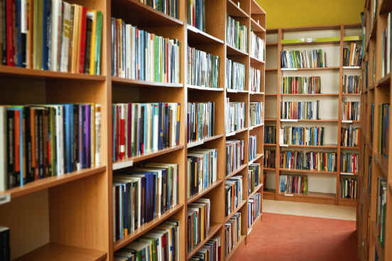 Uma graduação a distância de qualidade deve disponibilizar ao seu aluno acesso a bibliotecas físicas e/ou digitais. Assim, ele pode ter uma boa base para pesquisas acadêmicas e consequentemente aprofundar ainda mais seu conhecimento. (Imagem: iStock)