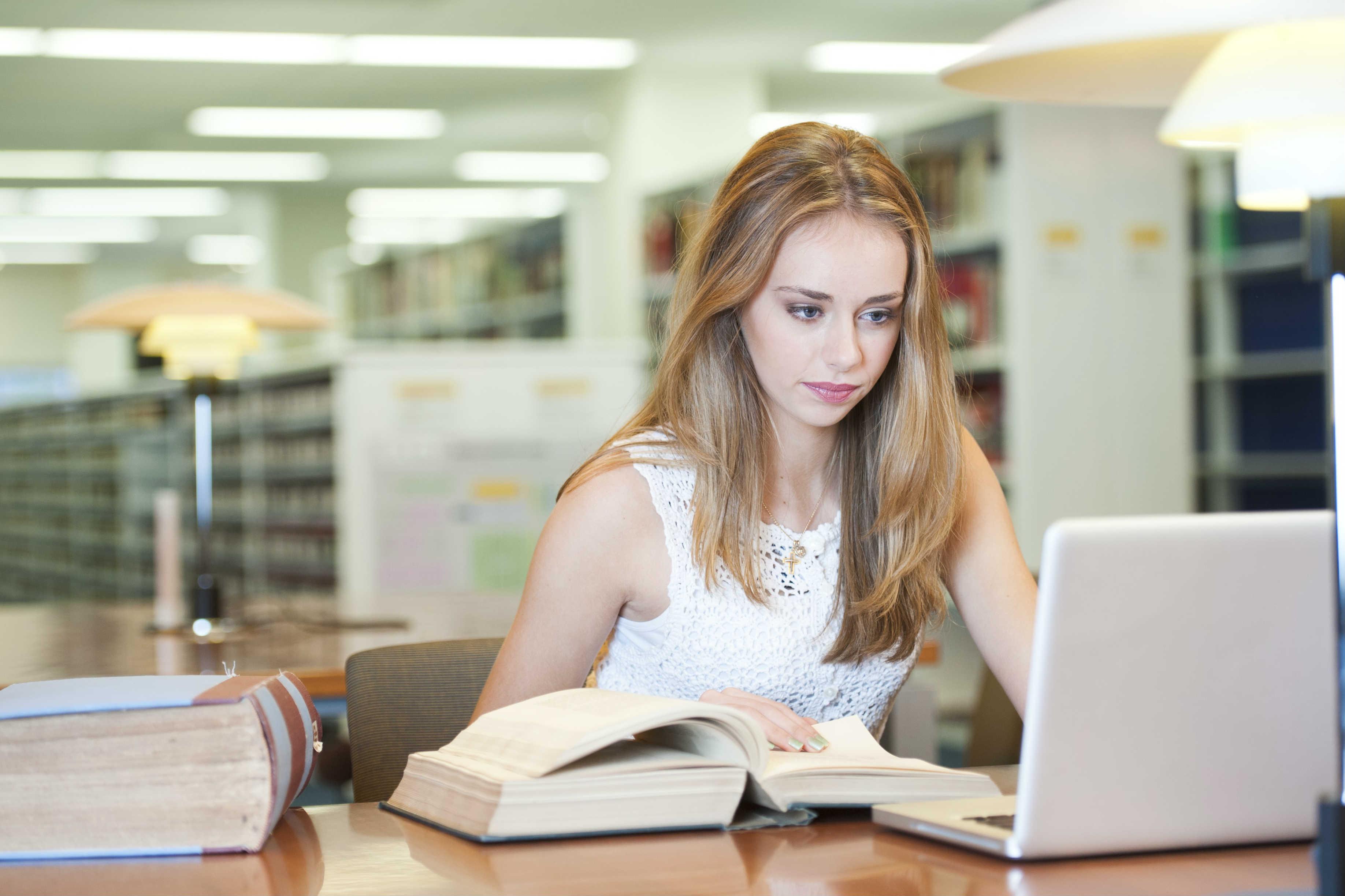 Mulher estudando em uma biblioteca