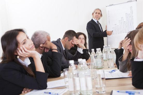 O conselho é simples, mas fundamental: não faça o outro perder tempo. No mundo corporativo, isso significa se comunicar de forma objetiva e concisa. Evitar repetições, comentários desnecessários e digressões também é um sinal de educação no trabalho, diz a especialista.