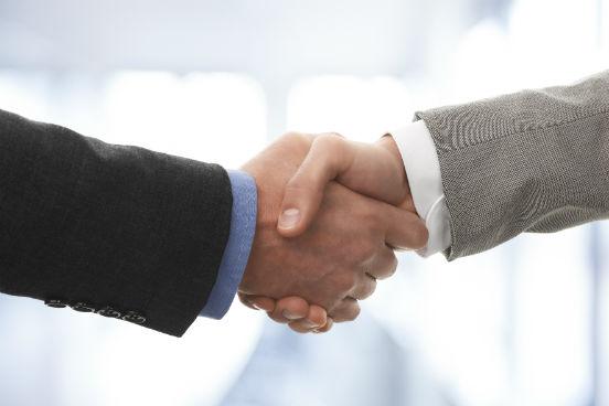 Trocar um aperto de mão no mundo corporativo é muito mais complexo do que parece. Mas há uma regra básica e fácil de memorizar: a pessoa hierarquicamente superior deve sempre iniciar o gesto. Se você está recebendo alguém na sua empresa, também cabe a você a iniciativa de estender a mão. (Imagem: Thinkstock)