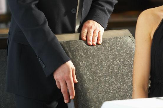 Antigos rituais ditados pelo gênero estão ficando fora de moda - inclusive no âmbito profissional. Por isso, diz Pachter, não faz sentido puxar a cadeira para a mulher se sentar num encontro de negócios. Já segurar a porta para um convidado passar é aceitável. (Imagem: Thinkstock)