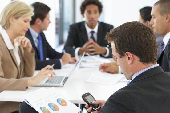 Não disfarçar a sua fixação pelo celular pode gerar grandes constrangimentos para um executivo. Deixar o aparelho sobre a mesa de reunião é desaconselhável. É melhor que fique no bolso, para que suas luzes e ruídos não virem fonte de distração. (Imagem: Thinkstock)