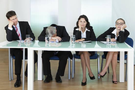 A menos que você precise demonstrar poder, o ideal é ajustar a altura da cadeira para ficar no mesmo nível de todos os presentes numa reunião. Também evite cruzar as pernas - independentemente do seu gênero. Pode ser uma distração e até um pouco sexy demais para o ambiente de trabalho, afirma Pachter. (Imagem: Thinkstock)