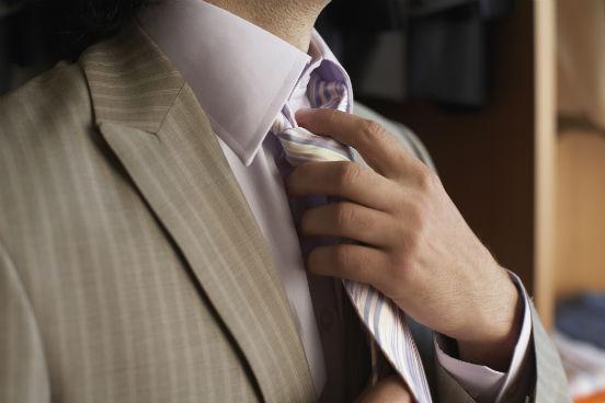 A sua imagem profissional depende muito mais das suas roupas do que você imagina. Descobrir qual é o código de vestimenta de uma empresa ou encontro profissional - e segui-lo à risca - é essencial para garantir a sua credibilidade. (Imagem: Thinkstock)