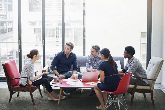 Nada interrompe mais o fluxo de produtividade do que uma reunião desnecessária. Com ferramentas como chats, Skype e e-mail a tão fácil acesso, é melhor deixar as reuniões para introduções e discussões sérias que podem ser feitas apenas pessoalmente. (Imagem: iStock)
