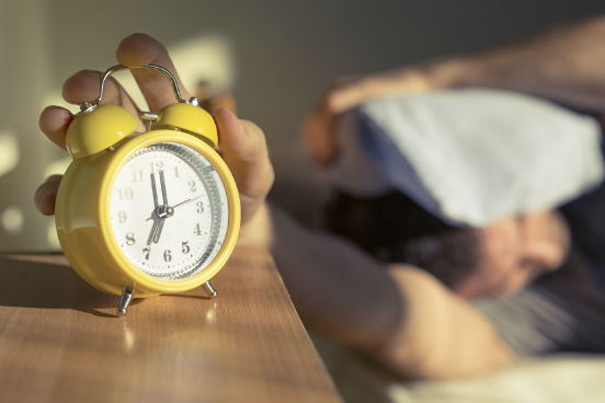 Até pode parecer que usar o botão de soneca dá um pouco mais de energia para que você comece o dia, mas a verdade é que ele faz mais mal do que bem. Isso porque, logo quando você acorda, seu sistema endócrino começa a produzir hormônios importantes para que você se sinta disposto ao longo do dia - voltando a dormir, você acaba freiando esse processo e, consequentemente, pode se sentir mais cansado durante o dia. (Imagem: iStock)