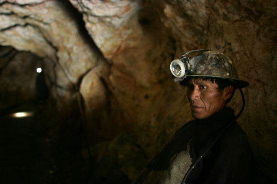 Apesar de ser rica em matérias-primas como lítio e prata, Potosí permanece sendo a região mais pobre do país. Em julho de 2015, bolivianos da região protestaram, por mais de 20 dias, contra o governo. Eles pediam uma série de medidas para o desenvolvimento da região, como a construção de um aeroporto internacional, de um hospital, de uma fábrica de cimento e de um projeto de reestruturação para a mina de Cerro Rico. (Imagem: Getty Images)