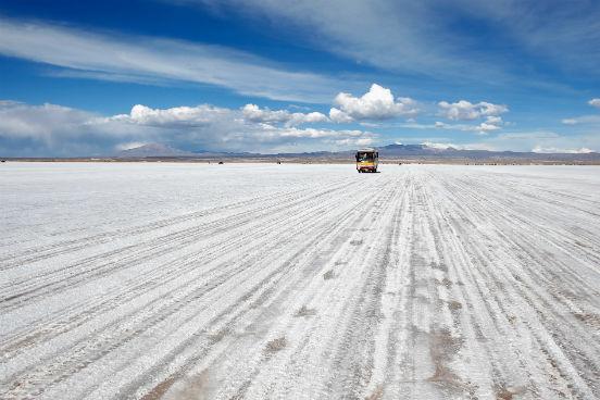 O Salar de Uyuni fica na região de Potosí. Ele foi formado como resultado de diversas transformações entre lagos pré-históricos. Ele é coberto por uma crosta de sal de alguns metros, que apesar das variações de altitude média na região, é incrivelmente plana. Além de servir como fonte de sal, essa crosta cobre uma piscina de salmoura que é extremamente rica em lítio. (Imagem: Getty Images)