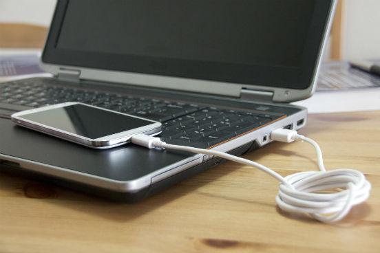 Por ser mais leve que o chumbo, o lítio tem sido utilizado na confecção de baterias de aparelhos eletrônicos, como notebooks e celulares. (Imagem: Thinkstock)