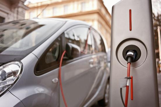 Além disso, devido à sua leveza e durabilidade, ele também é a matéria-prima para as baterias dos novos carros elétricos, que prometem ser o futuro da indústria automobilística. (Imagem: Thinkstock)