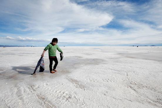 Além das jazidas na Bolívia, reservas de lítio existem também em regiões da Argentina e do Chile. Nelas, o lítio é explorado por empresas estrangeiras em um ciclo de exportação que leva não só a matéria-prima para fora do país, mas as riquezas geradas a partir dela também. (Imagem: Getty Images)