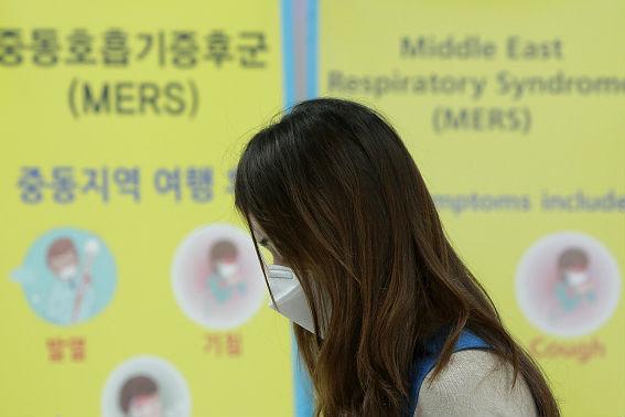A Síndrome Respiratória do Oriente Médio (Mers, do inglês Middle East Respiratory Syndrome) é uma doença respiratória viral extremamente recente para os humanos. Ela foi descoberta em 2012 na Arábia Saudita e é causada por um coronavírus, o Mers-CoV. (Imagem: Chung Sung-Jun/Getty Images)