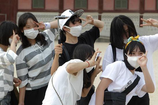 Turistas também vestem máscaras de proteção para visitar o Palácio Gyeongbok em Seul, a capital do país. (Imagem: Chung Sung-Jun/Getty Images)