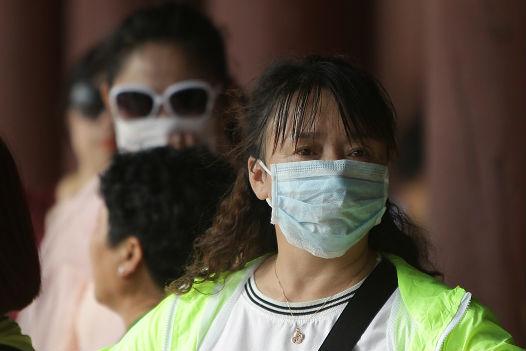 O Mers-CoV pertence à família do coronavírus que originou a Síndrome Respiratória Aguda Grave (Sars, do inglês Severe Acurate Respiratory Syndrome), doença que infectou mais de 8 mil pessoas e levou 800 delas à morte em uma epidemia global que ocorreu no ano de 2003. Mas, desde 2004 nenhum caso de Sars foi relatado mundialmente. (Imagem: Chung Sung-Jun/Getty Images)