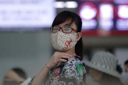Além de febre, tosse e falta de ar, os infectados podem desenvolver pneumonia, e, nos casos mais graves, choque séptico, insuficiência respiratória e insuficiência renal. Ainda não há cura para a doença, portanto o procedimento a ser feito é apenas o tratamento dos sintomas. (Imagem: Chung Sung-Jun/Getty Images)