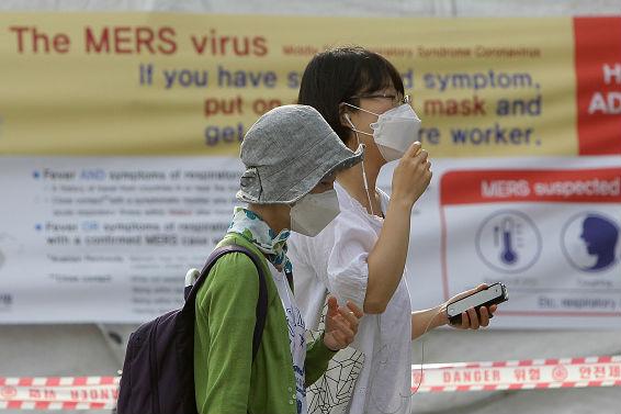 Na Coreia do Sul, mais de 2,3 mil pessoas estão em quarentena (em casa ou em centros de saúde) devido a uma possível exposição ao vírus. Autoridades do país já confirmaram mais de 60 casos de contágio e 5 mortes desde maio deste ano. (Imagem: Chung Sung-Jun/Getty Images)