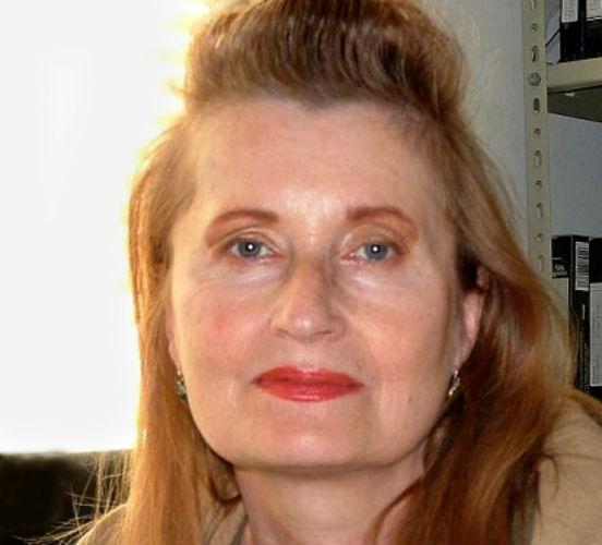 <strong>Elfriede Jelinek</strong> é austríaca. Em suas obras de prosa, ela explora a violência de maneira que chega a ser provocativa (com detalhes explícitos de cenas de violência sexual, por exemplo), o que divide os críticos e a faz uma figura muito polêmica no país.