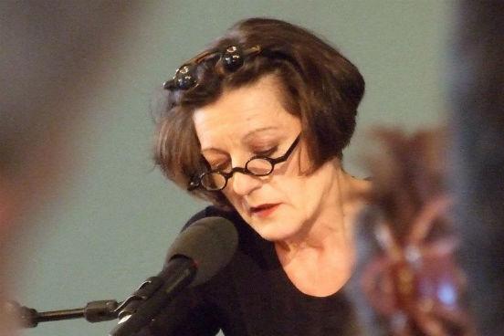 <strong>Herta Müller</strong> nasceu em 1953, na Romênia. Ela trabalhava como tradutora em uma fábrica antes de ser abordada para ser espiã para a polícia secreta romena. Herta negou a oferta e, com isso, perdeu o emprego, mas a partir de então passou a escrever. Suas obras falam muito da opressão do regime comunista, o que lhe rendeu ameaças e censura durante a ditadura. Ela recebeu o Nobel em 2009.