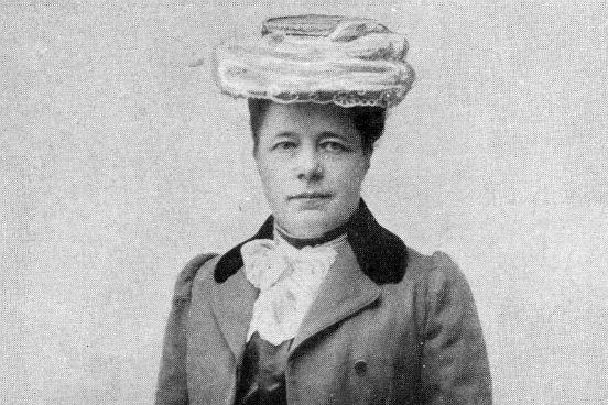 Nascida em 1858 na Suécia, <strong>Selma Lagerlöf</strong> foi a primeira mulher a ganhar um Prêmio Nobel de Literatura, em 1909. Ela também foi a primeira mulher a fazer parte da Academia Sueca, em 1914. Seu trabalho inclui romances históricos e um livro infantil bastante popular chamado A Maravilhosa Viagem de Nils Holgersson através da Suécia.