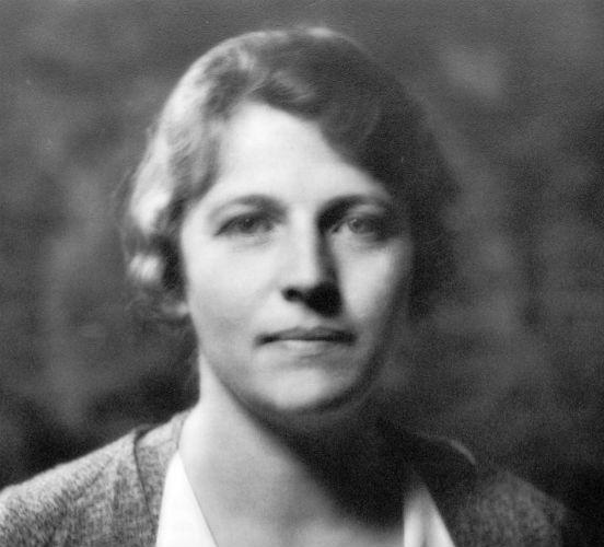 <strong>Pearl S. Buck</strong> nasceu nos Estados Unidos, em 1892, mas cresceu na China. Sua escrita aborda histórias tanto do Oriente quanto do Ocidente. Seu romance A Boa Terra foi o livro de ficção mais vendido nos Estados Unidos em 1931 e 1932, quando também foi o vencedor do prêmio Pullitzer. A escritora recebeu o Prêmio Nobel de Literatura em 1938.