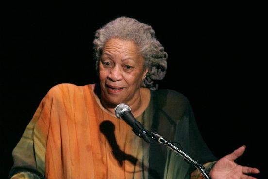 Primeira mulher negra a receber um Nobel de Literatura, <strong>Toni Morrison</strong> é uma escritora, editora e professora dos Estados Unidos. Seus romances são conhecidos por seus temas épicos, diálogos vívidos e personagens extrema e ricamente detalhados.