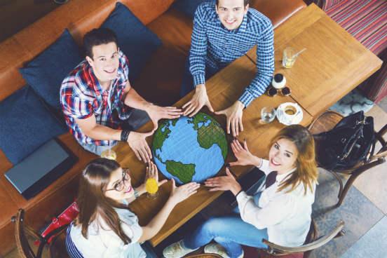 Para quem tem vontade de fazer um intercâmbio acadêmico em inglês ou até mesmo um curso intensivo no exterior para se aperfeiçoar na língua, é natural pensar em ir para países anglófonos, como os Estados Unidos, Canadá e Austrália. No entanto, muitos outros países ao redor do mundo oferecem oportunidades para quem deseja estudar em inglês - mesmo se essa não for a língua oficial deles. Saiba mais a seguir. (Imagem: iStock)