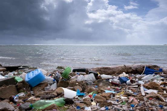 A poluição dos oceanos por resíduos plásticos é o tema central de dois relatórios que foram divulgados recentemente pela ONG Surfrider e pela Fundação Ellen MacArthur. Enquanto o primeiro analisou a quantidade desse poluente atualmente em cinco localidades europeias, o segundo estimou que, em 2050, a quantidade de plásticos superará a de peixes nos oceanos. Saiba mais a seguir. (Imagem: iStock)