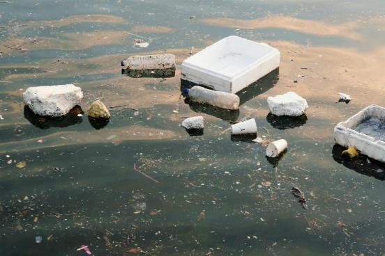 Nas praias de Burumendi e Porsmilin, na Espanha, 96,6% e 83,3% dos resíduos encontrados eram de plástico e de poliestireno. Já na também espanhola praia de Murguita, os resíduos desses mesmos componentes representaram 61% dos materiais recolhidos - sendo 18% deles vidro. (Imagem: iStock)
