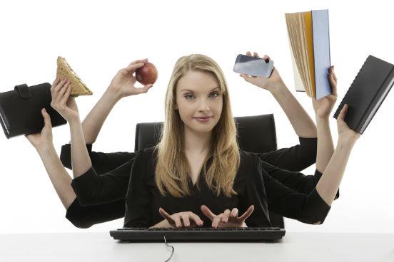 Muita gente acredita ser impossível manter um emprego e acompanhar as exigências de uma pós-graduação ao mesmo. No entanto, basta um pouco de organização para poder dar conta de todas as atividades necessárias. Veja algumas dicas a seguir. (Imagem: iStock)