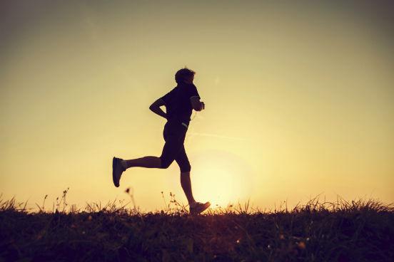 Não se esqueça da sua saúde física e mental: além de estudar, é fundamental dedicar algum tempo a atividades físicas, culturais e aos relacionamentos. Assim, você se sentirá mais disposto a lidar com as tarefas do dia a dia. (Imagem: iStock)