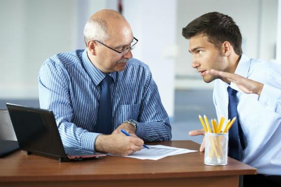 Dialogar com o chefe é fundamental para um bom andamento das atividades relacionadas ao trabalho e as da da pós. Para isso, tente organizar um sistema de reuniões periódicas com o seu chefe e conte o que você está aprendendo na pós e de que forma isso pode ser útil para a empresa. O chefe perceberá que está ganhando com a pós do funcionário, tornando-se mais flexível, afirma Cordeiro. (Imagem: iStock)