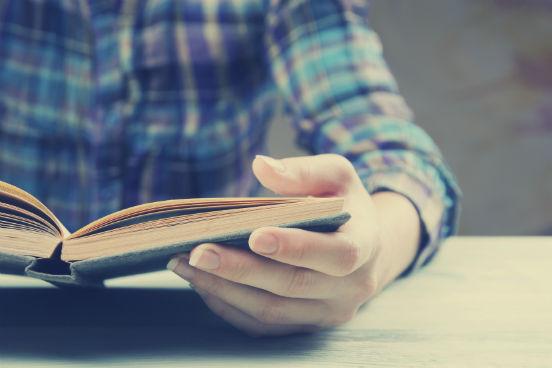 À medida em que for lendo, busque criar uma representação visual dos acontecimentos na sua cabeça. Essa prática, chamada de visualização, fortalece a habilidade de compreensão de textos. Além disso, você provavelmente se lembrará mais facilmente do conteúdo lido ao associar palavras com imagens.