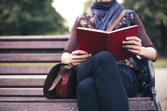 Procure verbalizar o que você pensa a respeito do que está lendo. Se estiver em sala de aula, discuta; se estiver estudando sozinho, busque amigos com quem possa trocar ideias a respeito do conteúdo ou crie um grupo de estudos. Trocar ideias com outras pessoas só irá ajudar a melhorar a compreensão do texto e a tirar novas ideias a partir dele.