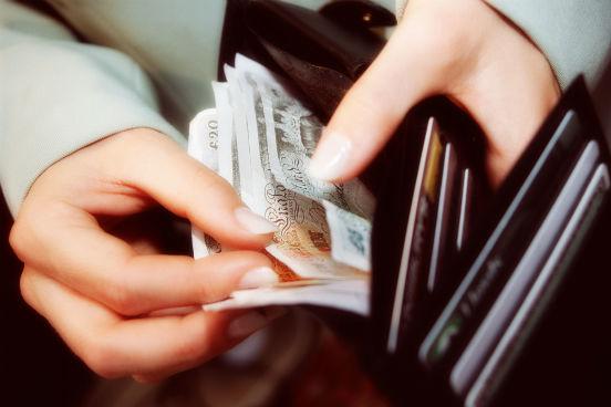 Na hora de fazer as contas lembre-se que, mesmo com algum tipo de bolsa, você provavelmente vai precisar de um dinheiro a mais. Inclua nos cálculos gastos com alimentação, transporte e compras. (Imagem: Thinkstock)