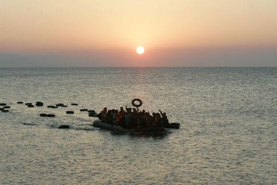 Centenas de imigrantes e refugiados chegam diariamente nas ilhas de Kos, Chios e Lesbos, na Grécia, que já se encontram superlotadasde imigrantes. A Grécia é uma das principais rotas para quem busca refúgio na Europa pelo mar, e, segundo estimativas do Alto Comissariado das Nações Unidas para os Refugiados (Acnur), o país recebeu quase 50 mil imigrantes apenas no mês de julho deste ano - número que já é superior ao total anual de 2014. (Imagem: Getty Images)