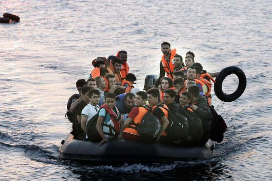 Toda essa situação que a Grécia está passando faz parte de um ciclo muito mais complexo. Há anos, imigrantes saem da África, da Síria e do Iraque fugindo de guerras civis em suas terras natais, ou de dificuldades econômicas, para tentar chegar à Europa. A travessia é feita pelo mar Mediterrâneo em condições extremamente precárias e perigosas. (Imagem: Getty Images)