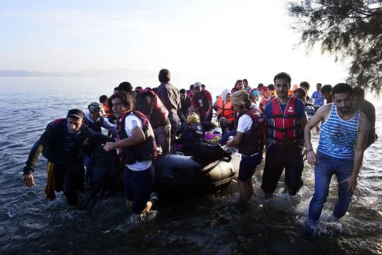 A travessia do Mediterrâneo virou negócio para traficantes de pessoas. Eles podem cobrar mais de 10 mil reais para quem deseja realizar a viagem. Como as embarcações costumam sair superlotadas, uma única viagem pode chegar a render milhões aos traficantes. (Imagem: Getty Images)