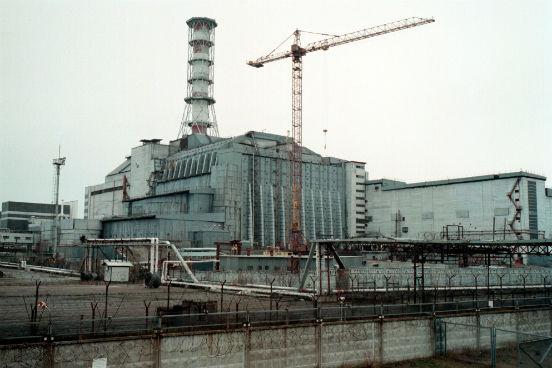 O maior acidente nuclear da História aconteceu devido à explosão de um reator durante um teste de segurança na usina de Chernobyl, na Ucrânia. Estima-se que o acidente tenha causado a morte de cerca de 2 milhões de pessoas, tanto no dia da eventualidade quanto por doenças como câncer e outras deformidades causadas posteriormente pela radiação. Mesmo com a construção emergencial de uma estrutura de aço, concreto e chumbo na tentativa de isolar o local da explosão, Chernobyl permanece nociva até hoje - isso porque a radiação continua passando por algumas fissuras existentes nessa estrutura. (Imagem: Getty Images)