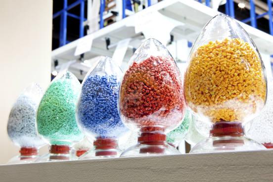 Os polímeros podem ser classificados conforme o número de repetições dos monômeros: dímero, quando existem duas unidades em cadeia e portanto uma repetição; trímero, quando existem três unidades em cadeia e assim duas repetições; polímeros, quando existem n repetições em cadeia. (Imagem: Thinkstock)