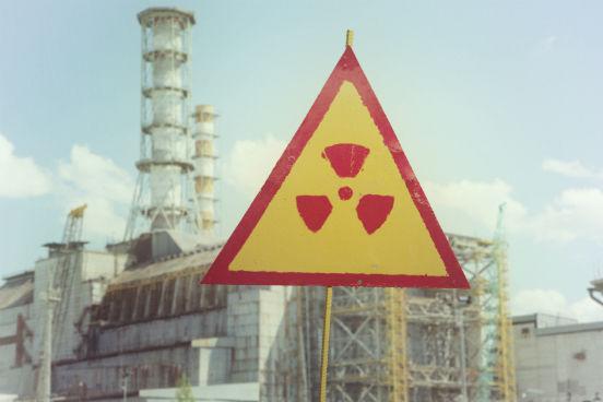 No dia 26 de abril de 2016, a tragédia de Chernobyl completa 30 anos. O maior acidente nuclear da História deixa rastros até os dias de hoje: segundo o Greenpeace, a terra e a água da região permanecem contaminadas pela radiação. No entanto, apesar de ser constantemente associada a acidentes graves como esse, a radioatividade tem um papel importante em nosso cotidiano, principalmente para a medicina. Saiba mais a seguir. (Imagem: iStock)