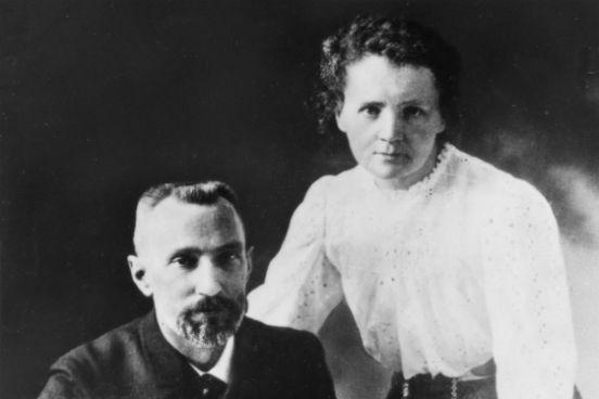 Diversos cientistas contribuíram para os estudos da radioatividade. Em 1896, Henri Becquerel descobriu que o sulfato duplo de potássio e uranila emitia um tipo de radiação capaz de marcar chapas fotográficas. Mais tarde, Marie e Pierre Curie (foto) descobriram que essa propriedade era comum a todos os compostos que possuíam urânio. O casal também descobriu outros elementos químicos radioativos, os quais foram batizados de polônio e rádio. (Imagem: Wikimedia Commons)