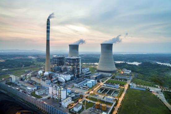 A fissão nuclear é também o que acontece nos reatores nucleares atuais, que nada mais são do que dispositivos capazes de controlar esse processo. A energia liberada pela reação nuclear aquece água, que se transforma em vapor; esse vapor é capaz de movimentar uma série de turbinas, o que por sua vez gera a energia elétrica. Logo após, esse vapor é resfriado e condensado, voltando assim ao início do processo. Por não liberar gases que contribuem para o efeito estufa e pela sua pequena quantidade de resíduos, a energia nuclear é considerada um tipo de energia limpa. No entanto, o risco de acidentes faz com que essa energia seja vista ainda com bastante desconfiança. (Imagem: iStock)