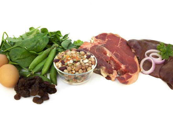 O ferro é muito importante para a respiração celular, pois é componente da hemoglobina (transporta o oxigênio no sangue), da mioglobina (transporta oxigênio para os músculos) e de diversas enzimas respiratórias. Ele é encontrado em carnes vermelhas, na gema do ovo, em vegetais verdes, grãos e oleaginosas. (Imagem: Thinkstock)